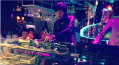 DJ学员嘉琪酒吧打碟帅气写真