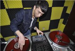 贵州DJ学员阿颜打碟图片