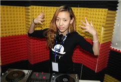 美女DJ学员楠楠打碟练习写真照片