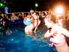 这样的泳池电音派对,是男人看了都想参加。