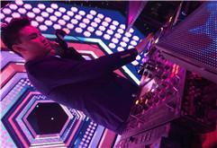 皇族DJ学员王庆酒吧打碟现场图片