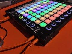 看这女DJ给你玩MIDI的,Dubstep的专业神器!