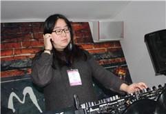 皇族DJ学院女DJ学员吕倩打碟照片