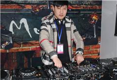 皇族DJ学员徐鹏杰打碟练习照片