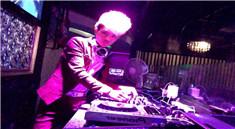 上上酒吧帅气男DJ打碟视频