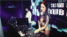 酒吧女DJ打碟霸气喊麦手现场视频