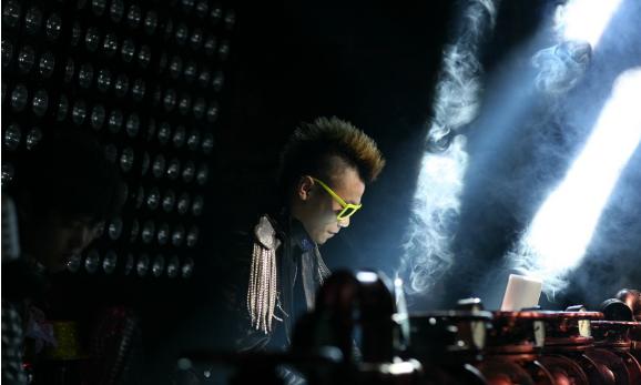 高端酒吧DJ打碟视频