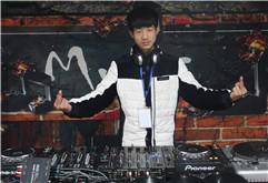 江苏DJ学员丁同打碟练习照片