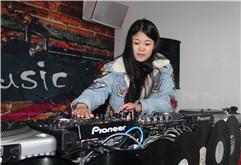 淮安美女DJ学员黄荣打碟练习照片