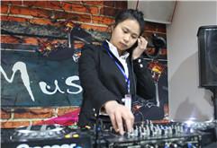 皇族DJ安徽学员王友琴打碟练习照片