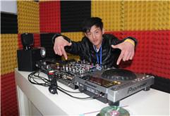 皇族DJ学员孟晓明打碟练习照片