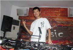 哈尔滨DJ学员甄博男打碟照片