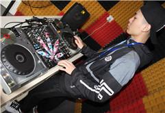 广东惠州DJ学员赖明威打碟练习照片