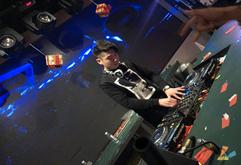 皇族DJ学员杨戴维就业现场打碟照片