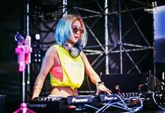 大型电音节美女DJ现场打碟视频