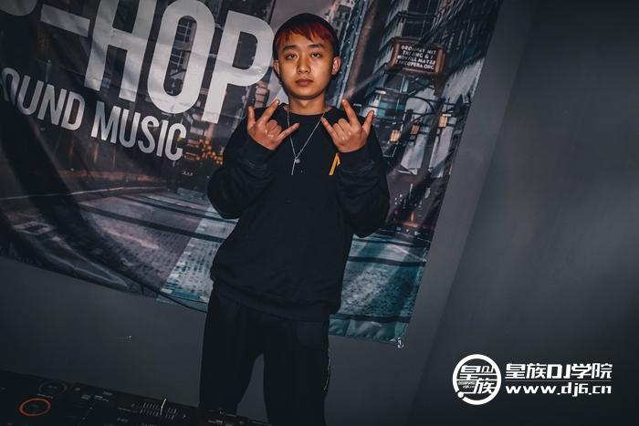 皇族DJ培训六盘水DJ学员张琅打碟练习照